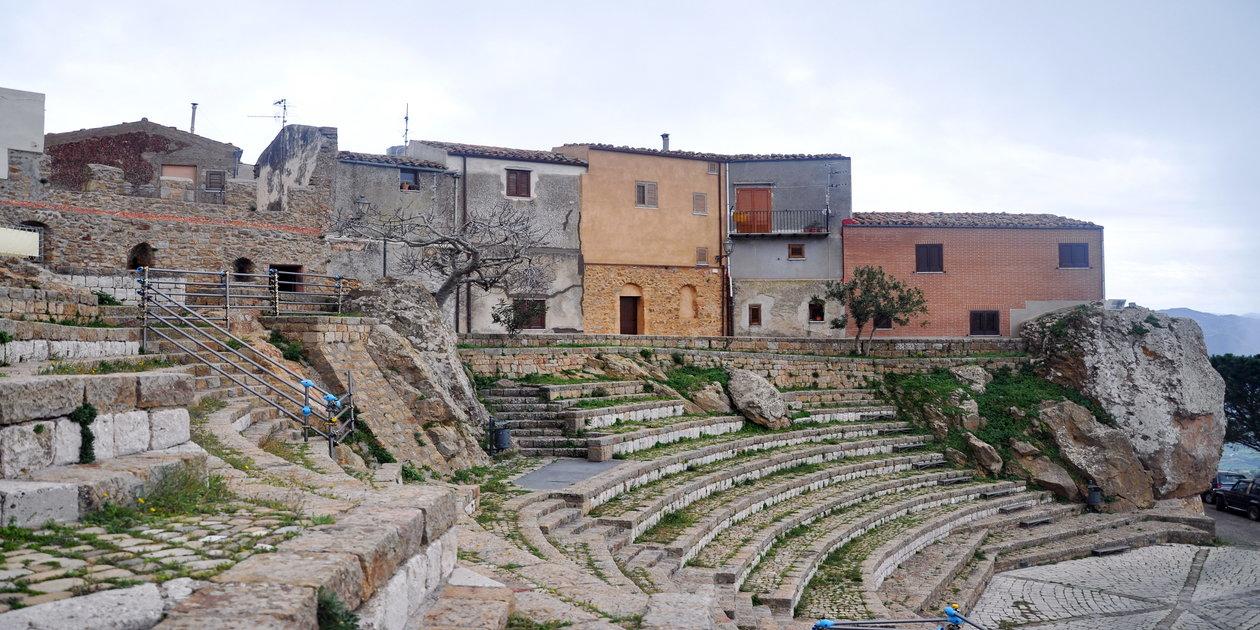 L'immagine mostra l'Anfiteatro Pietrarosa di Pollina