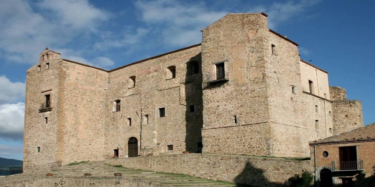 L'immagine mostra il Castello dei Ventimiglia a Castelbuono