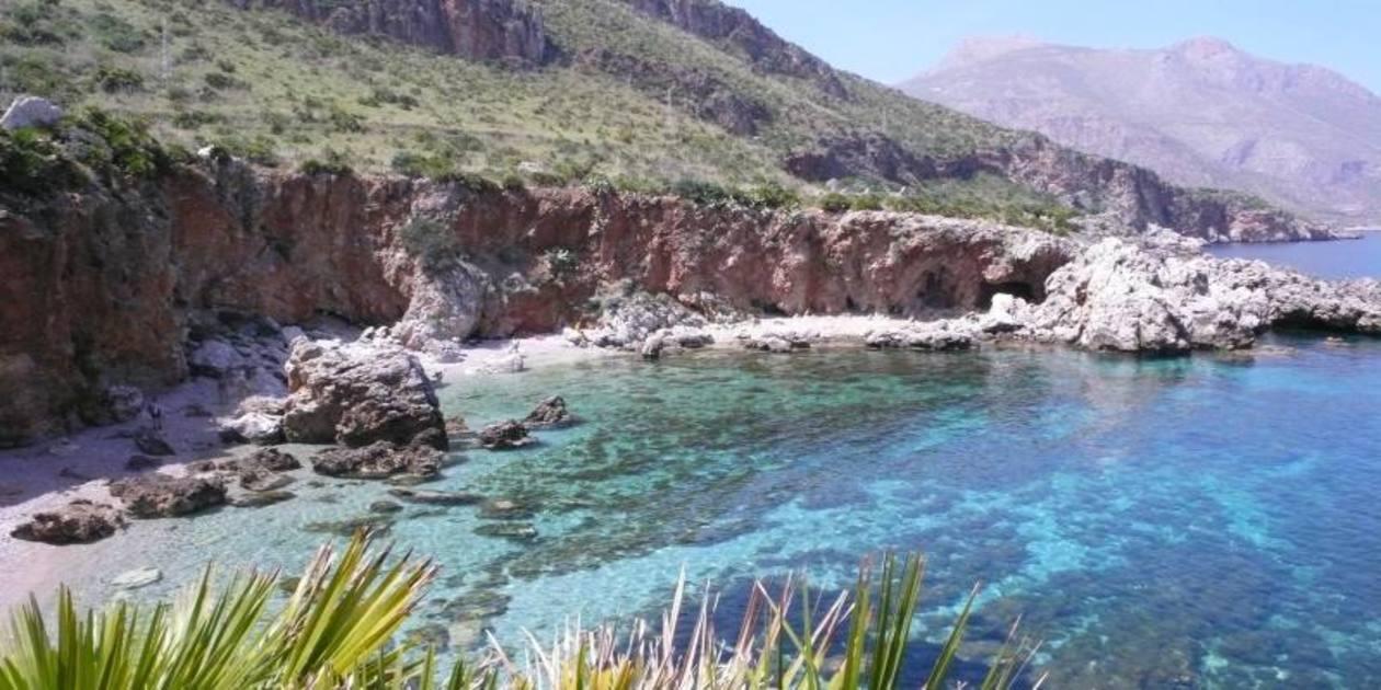 L'immagine mostra una costa della Riserva Naturale dello Zingaro