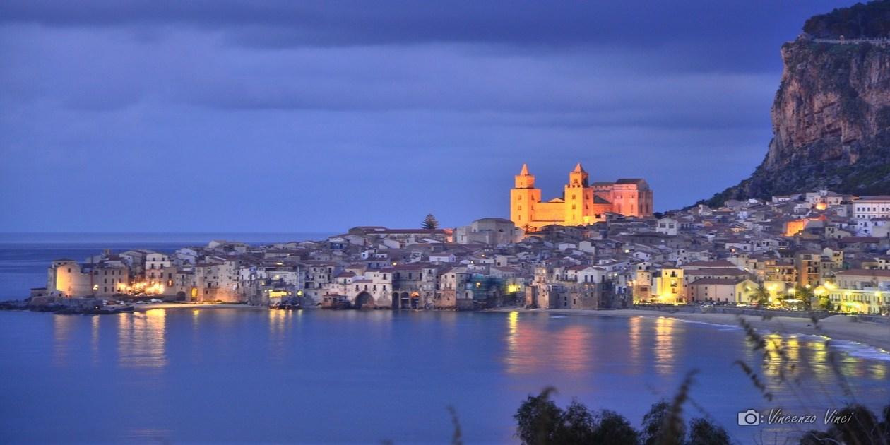 Questa immagine mostra una veduta panoramica serale di Cefalù
