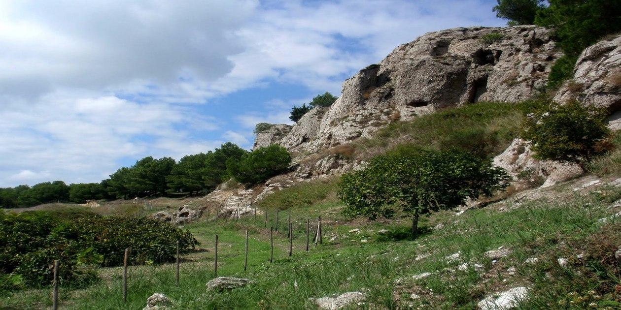 L'immagine mostra una veduta della Riserva Naturale della Grotta di Santa Ninfa