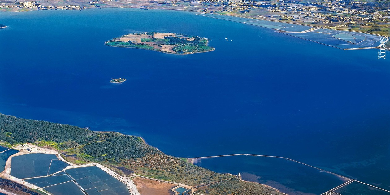 L'immagine mostra una veduta aerea della Riserva Naturale dello Stagnone di Marsala