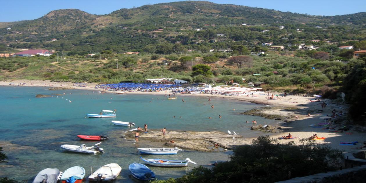 L'immagine mostra una veduta della spiaggia di Mazzaforno