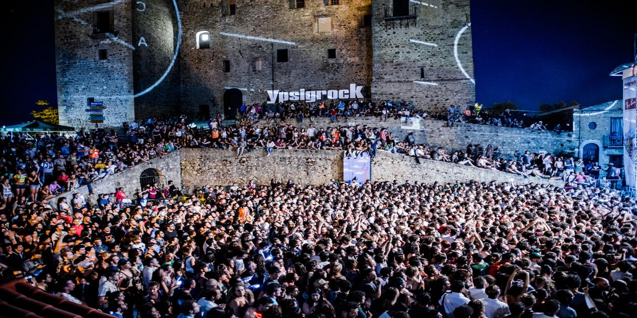 L'immagine mostra la folla dei presenti all'Ypsigrock Festival di Castelbuono