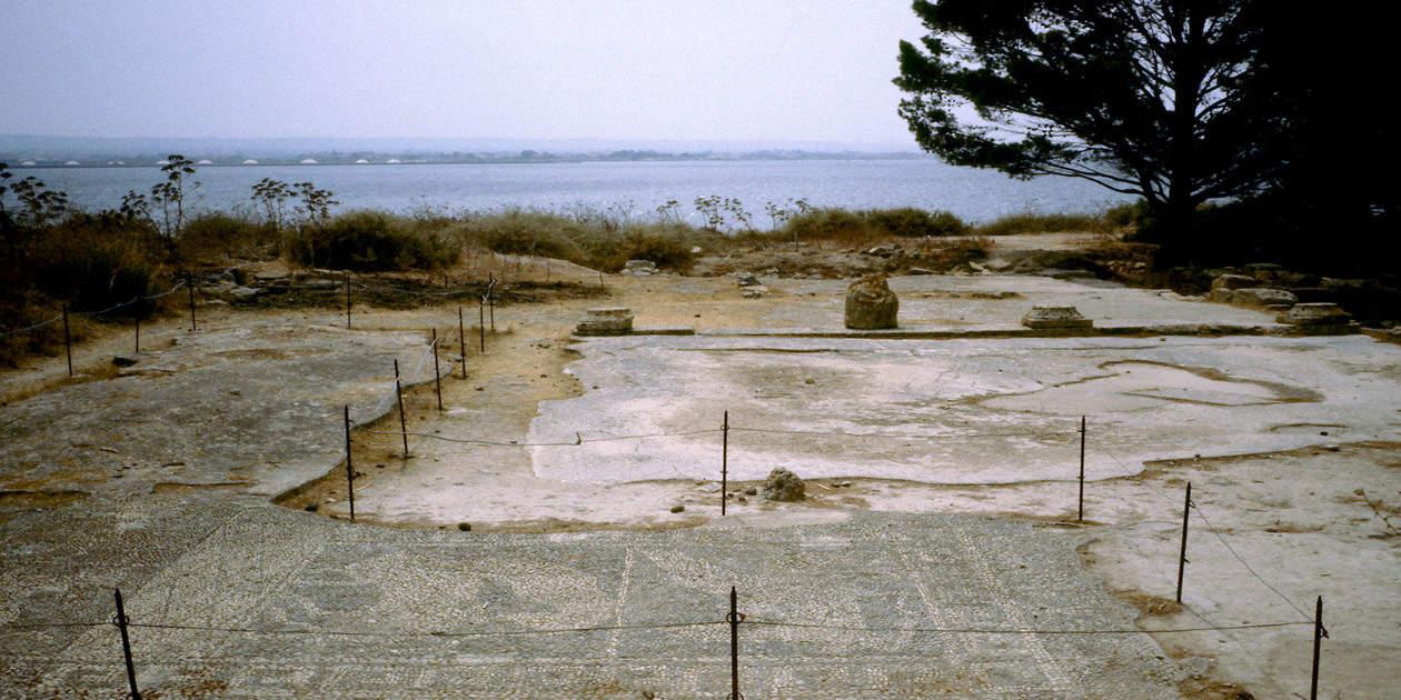L'immagine mostra la Casa dei Mosaici di Mozia
