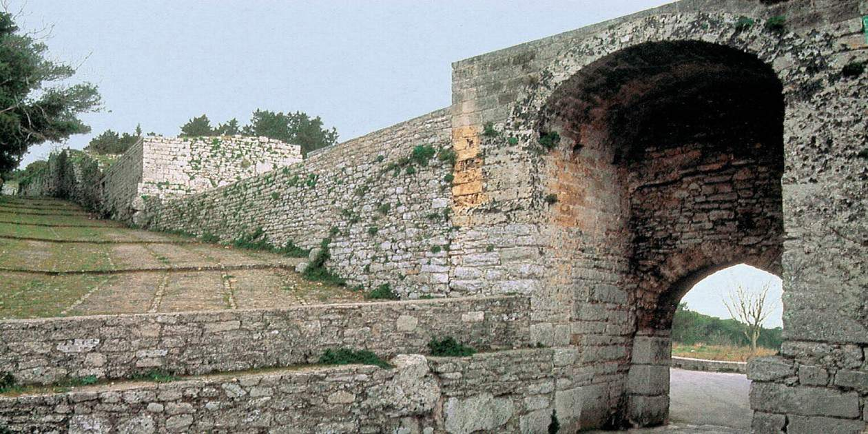L'immagine mostra le Mura Ciclopiche di Erice