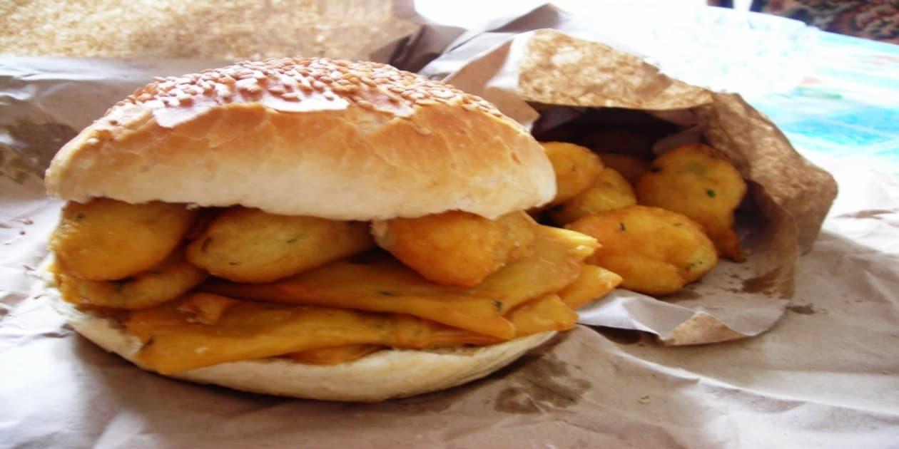 L'immagine mostra un tipico panino con le crocchè palermitano