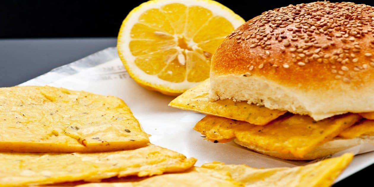 L'immagine mostra un tipico panino con le panelle palermitano