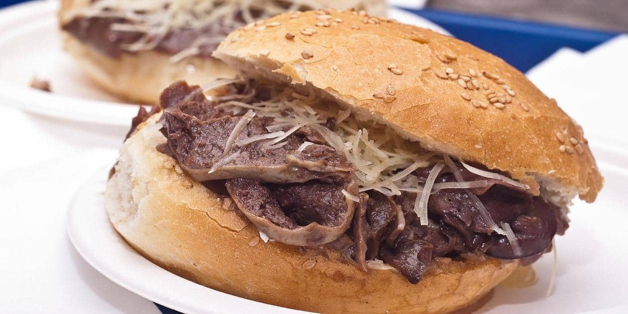 L'immagine mostra il tipico panino con la milza (pani ca meusa) palermitano