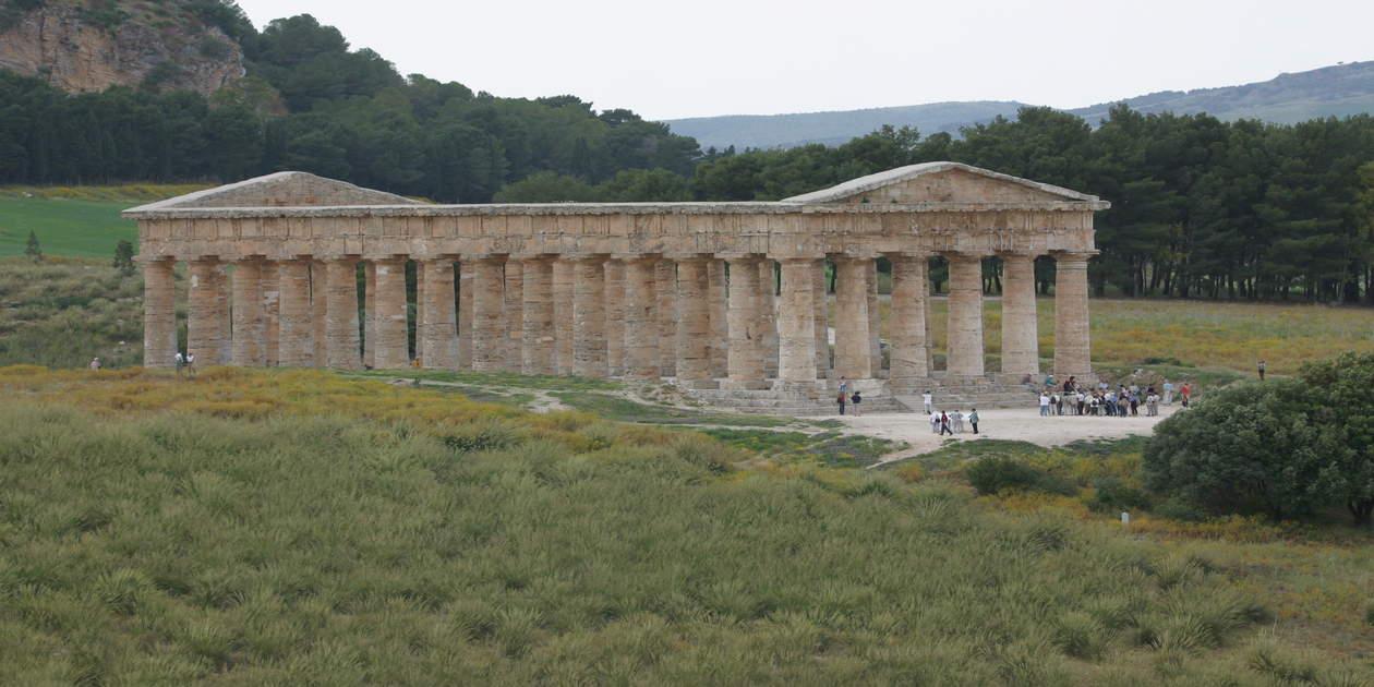 L'immagine mostra una foto del Tempio Grande di Segesta