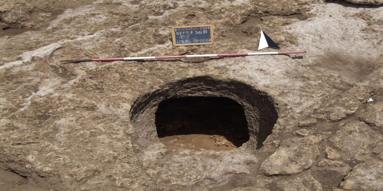 L'immagine mostra una tipica tomba a pozzetto di Roccazzo