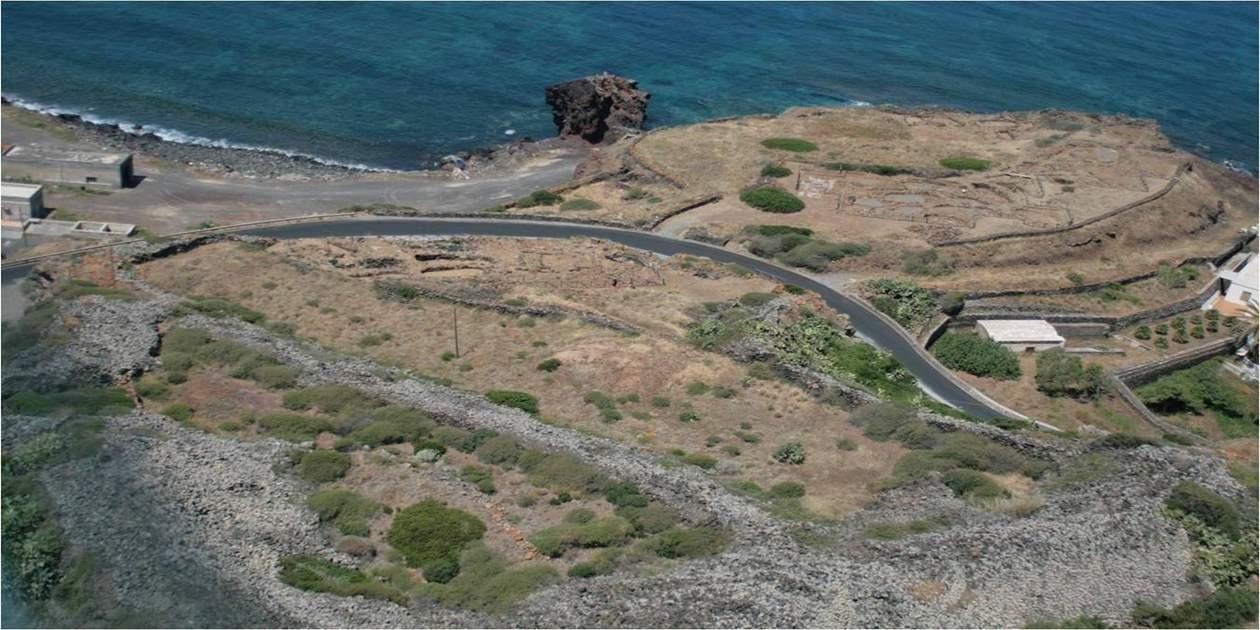 L'immagine mostra una vista aerea del Villaggio di Mursia a Pantelleria
